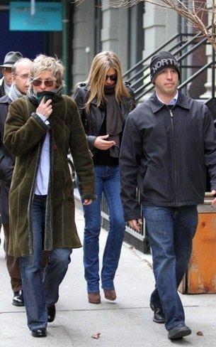 Duelo de estilos en looks de calle: Jennifer Aniston