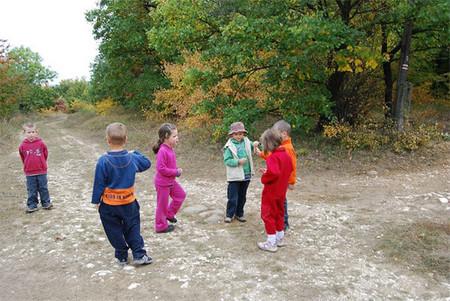 De excursión a la montaña con los niños: ¡deja que desarrollen sus propias ideas para pasarlo bien!