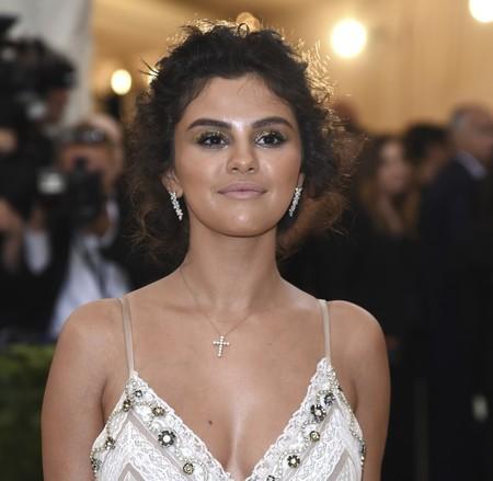 Gala MET 2018: Selena Gomez deja uno de los looks más comentados (y donde el mensaje religioso estaba bien escondido)