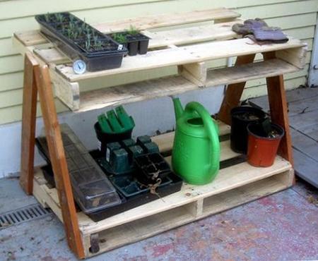 Hazlo tú mismo: una mesa de jardinería hecha con palés