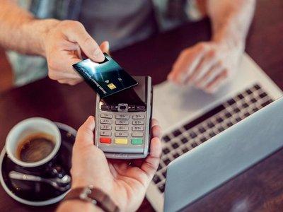 La primera tarjeta de crédito 'contactless' y con lector de huellas está aquí y dice ser la más segura hasta la fecha