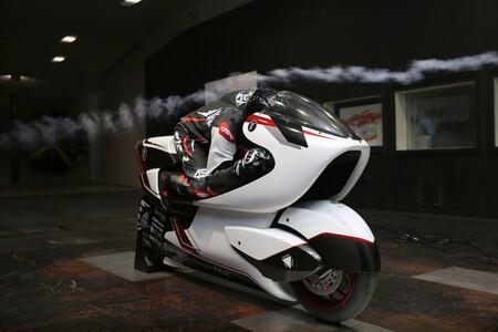 Sólo tiene 134 CV pero esta moto eléctrica extrema quiere superar los 400 km/h confiando en un agujero que la atraviesa