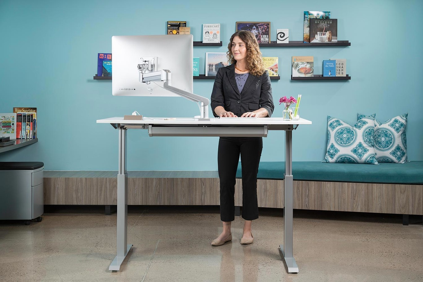 Trabajar o no trabajar de pie: tres personas nos cuentan su experiencia trabajando con escritorios elevados o...