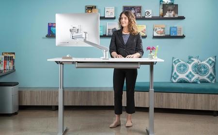 Trabajar o no trabajar de pie: tres personas nos cuentan su experiencia trabajando con escritorios elevados o cintas de caminar