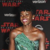 Lupita Nyong'o guapísima en la premiere de Star Wars ¡qué ganas teníamos de verte de nuevo en una alfombra roja!