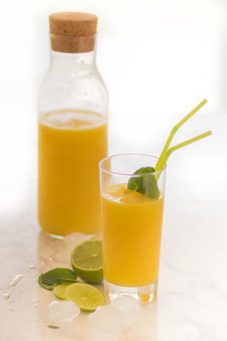 ¿Te apetece algo fresquito? ¡Pues prueba este smoothie de mango, piña y lima!
