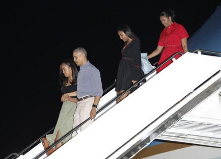 Michelle Obama de rojo en su última Navidad como Primera Dama. ¡Comienzan sus vacaciones en Hawaii!