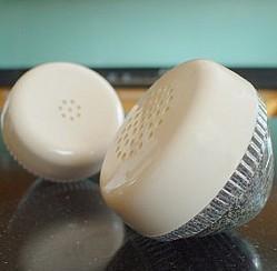 Salero y pimentero hecho con el auricular del teléfono