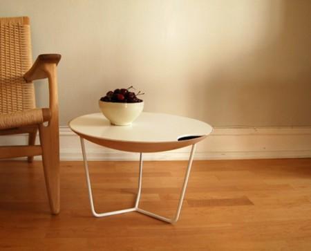 James, una mesa que sirve de bandeja y como espacio para almacenar