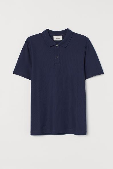 Polo de manga corta en piqué de algodón con cuello de canalé con dos botones y aberturas laterales.