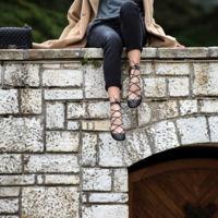 ¿Bailarinas o sandalias de tiras?, las lace up flats, el nuevo calzado del momento