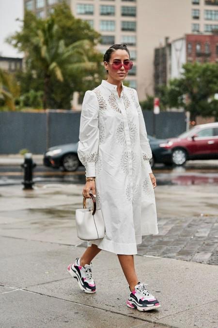 Los vestidos blancos no son solo para el verano, en otoño los diseños se llevan largos, de corte amplio y se combinan con unas zapatillas