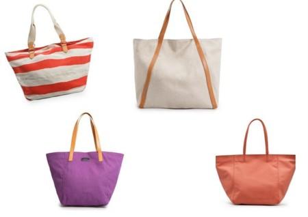 Las propuestas de Mango son bolsos playeros realizados en lona y algodón. Son bolsos grandes y cómodos que nos sirven para la ir a la playa o para un look