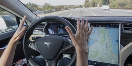 Viendo una película en su Tesla Model S choca contra un coche de policía. Lección aprendida, no existen coches que conduzcan solos