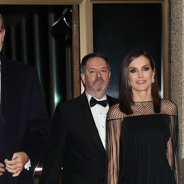 Doña Letizia triunfa con un lookazo espectacular gracias a un vestido negro de fiesta perfecto en los Premios Mariano de Cavia 2019
