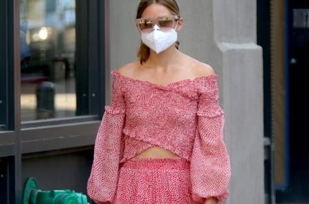Olivia Palermo se apunta a la tendencia del look conjuntado y lo lleva con mules planas para ir cómoda en la ciudad