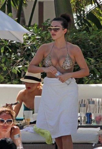 Vacaciones verano 2010: las celebrities se van a la playa, sus estilos más sexys en bikini. Kim Kardashian