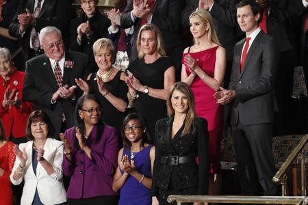 Mientras Melania llevó un look de negro de 10.000 dólares, las demócratas fueron de blanco... y hay un histórico motivo que vale mucho más