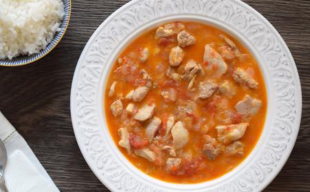 Pollo en salsa de tomate y leche de coco: receta saludable