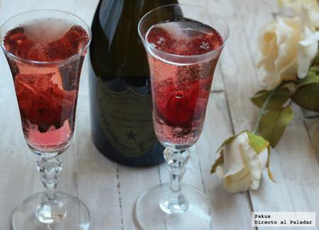 Cóctel de champagne con flor de hibiscus para San Valentín