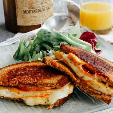 Sándwich integral con tofu, chorizo y mozzarella. Receta sencilla para el desayuno