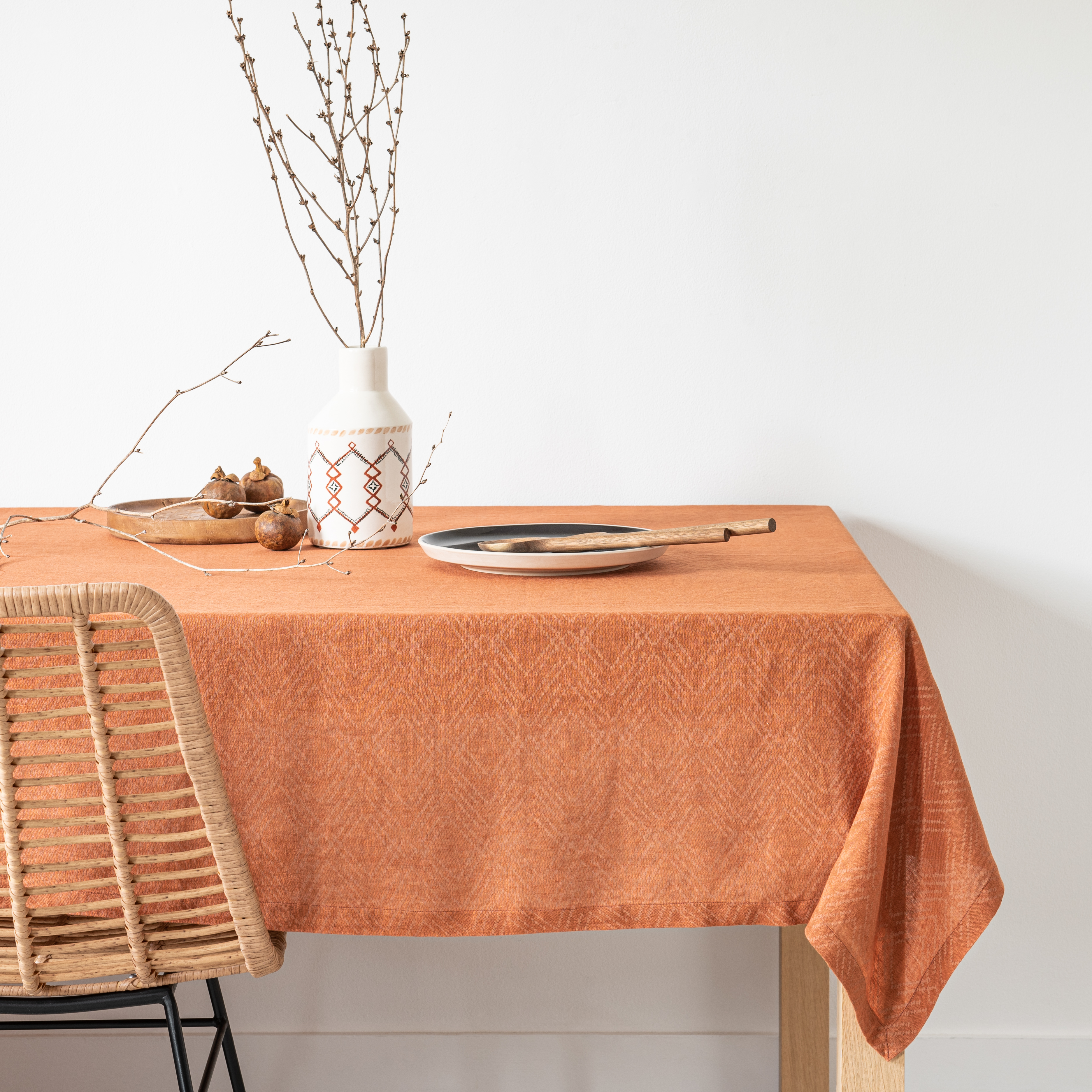 Mantel de lino lavado con estampado gráfico color terracota y beige 150x250 cm