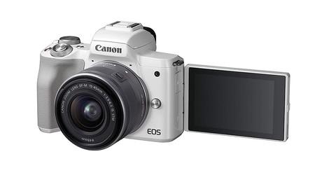 Canon EOS M50, una sin espejo diferente, que hoy, en su Red Night, MediaMarkt nos deja en 629 euros con objetivo 14-45mm