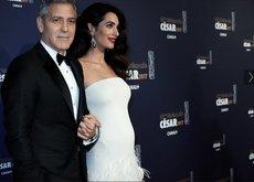Amal Clooney nos encanta con su primer look premamá