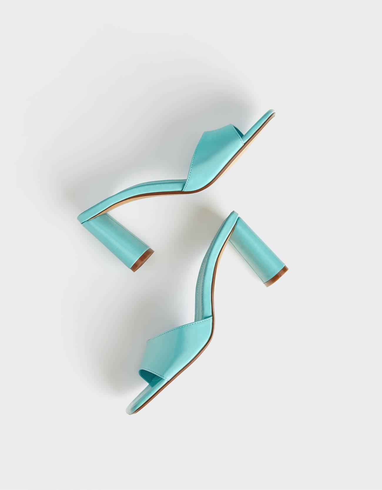 Sandalia tacón en color azul. Tipo mule. Punta cuadrada.