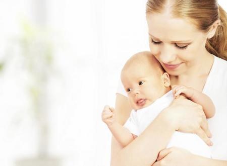 Sostener al bebé para que no se sobresalte
