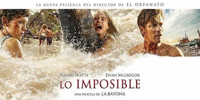 Imagen con el cartel de la película 'Lo Imposible'