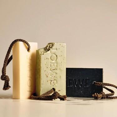 Loewe lanza los jabones sólidos más bonitos y minimalistas con aroma de regaliz, marihuana y orégano