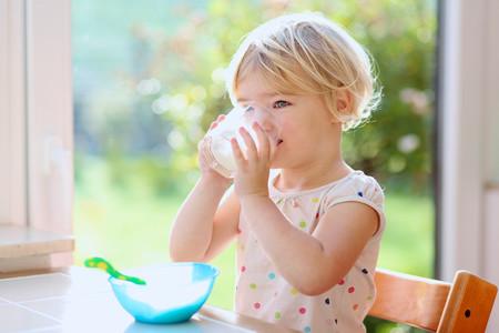 Cuanto de agua debe de tomar un nino de 2 anos