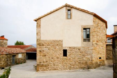 Puertas abiertas: rehabilitación de una vivienda llena de contrastes en Carnota
