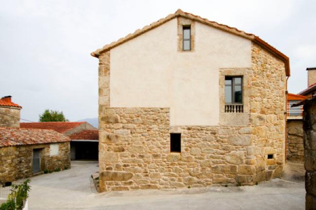 Puertas abiertas rehabilitaci n de una vivienda llena de contrastes en carnota - Subvenciones rehabilitacion casas antiguas ...