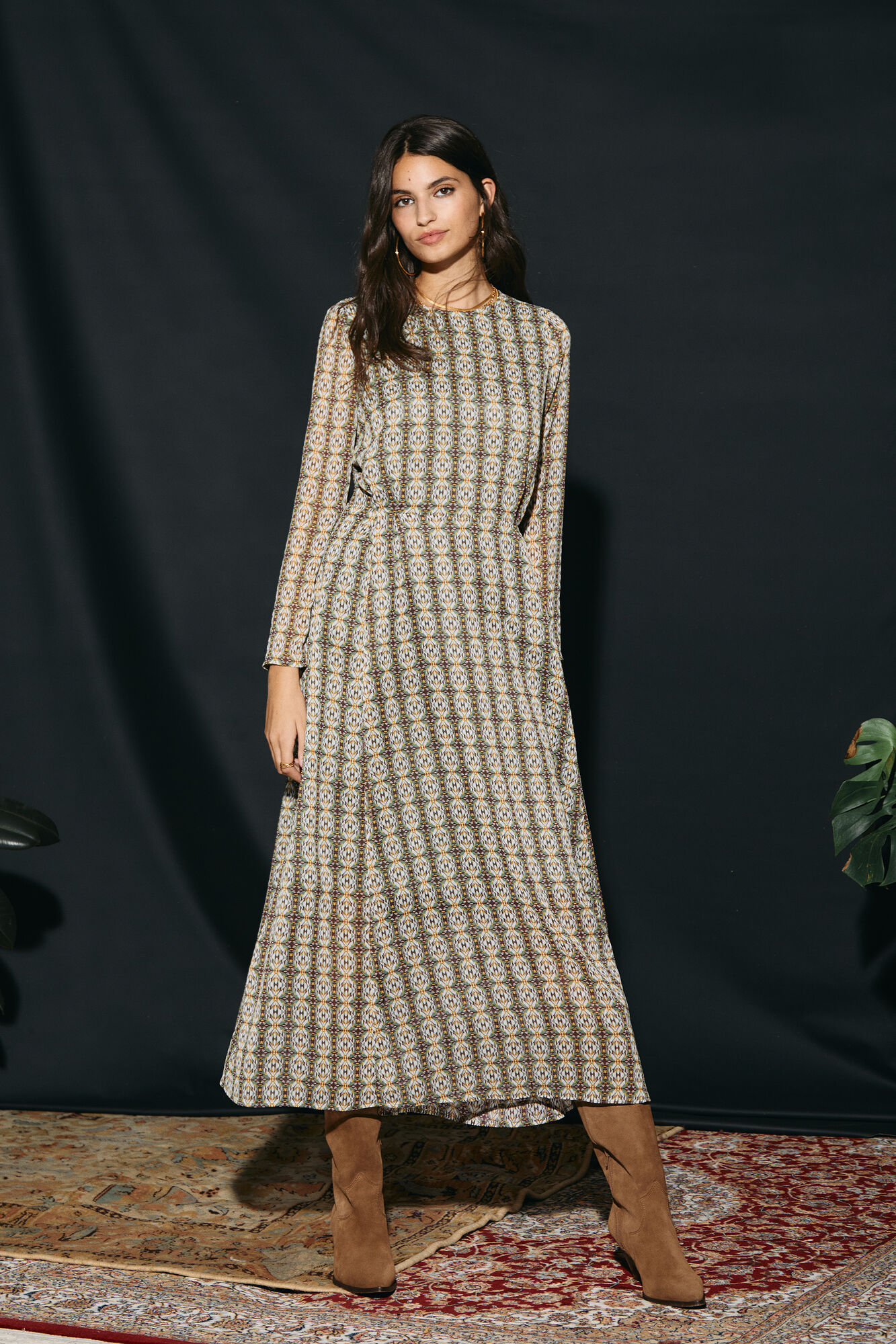 Vestido estampado de manga larga realizado con fibras recicladas. Detalle de pliegues en cintura. Cierre en espalda con abertura y botón.