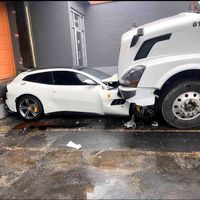 Trailer vs. Ferrari, una historia de un aparente ataque de ira que terminó con un Ferrari GTC4Lusso aplastado
