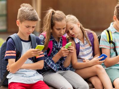 ¿Pensando en comprarle su primer móvil? 13 cosas que debes saber antes de poner uno en sus manos