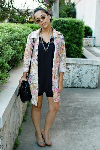 Look calle lluvia floral