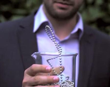 [Vídeo] ¿Un collar que viola la ley de la gravedad?