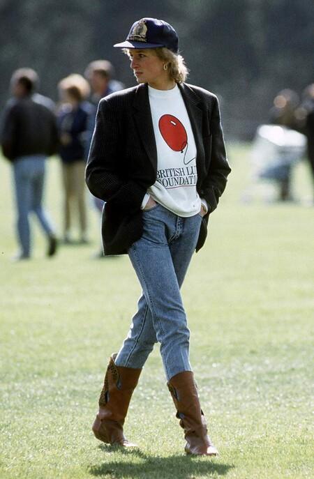 Princesa Diana Con Blazer Azul Suadadera Jeans Y Botas Marrones En Juego De Polo 1988 1955, fue tomada para promocionar la película To Catch a Thief y, para ello, Grace Kelly
