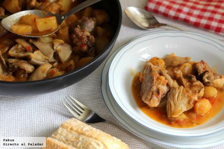 Patatas guisadas con cordero y setas, la receta que sabe a casa