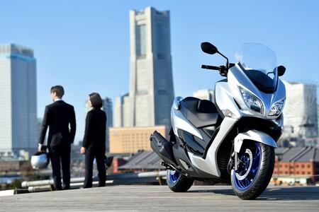 Suzuki Burgman 400: un scooter grande adaptado a la Euro 5 que se queda en 29 CV y estrena control de tracción, por 7.595 euros