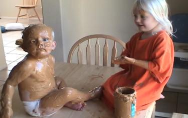 Nada como tener un hermano pequeño para... llenarle de crema de cacahuete (vídeo)