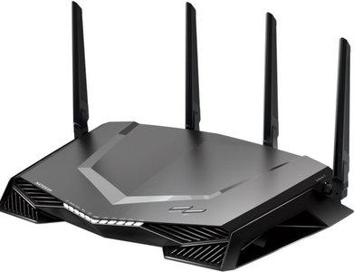 Un router que parece una nave espacial de una serie de ciencia ficción: así es el Netgear Nighthawk Pro