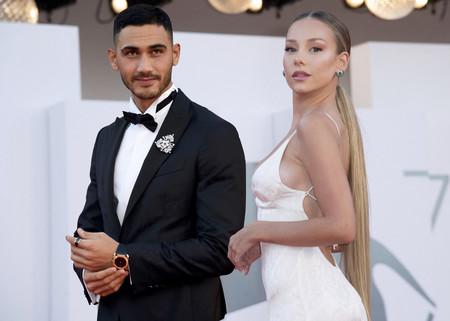 ¡'Bellisimos'! Ester Expósito se viste de blanco cogida del brazo de Alejandro Speitzer en Venecia, ¿alfombra roja o boda roja?
