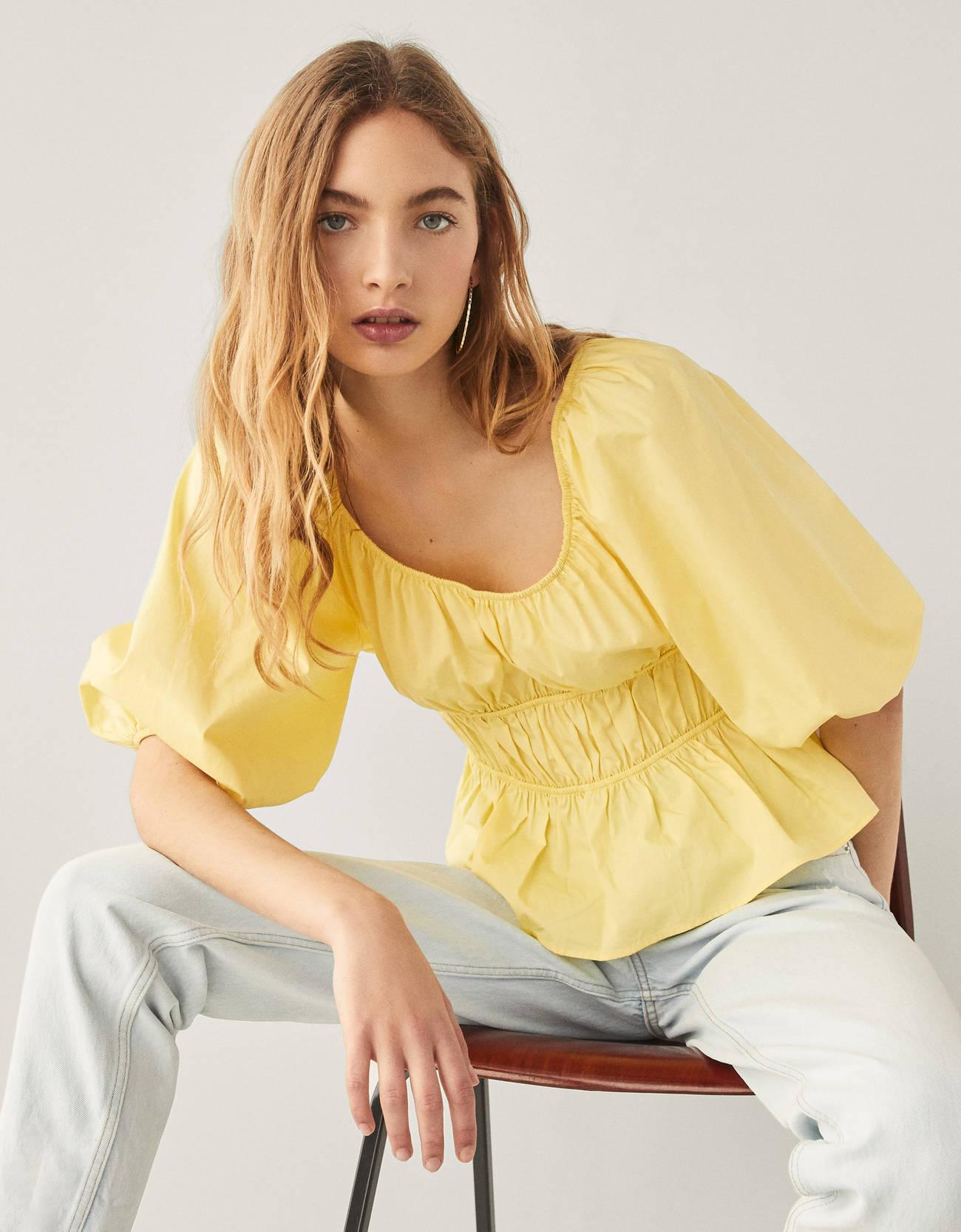 Blusa de popelín amarilla con fruncido