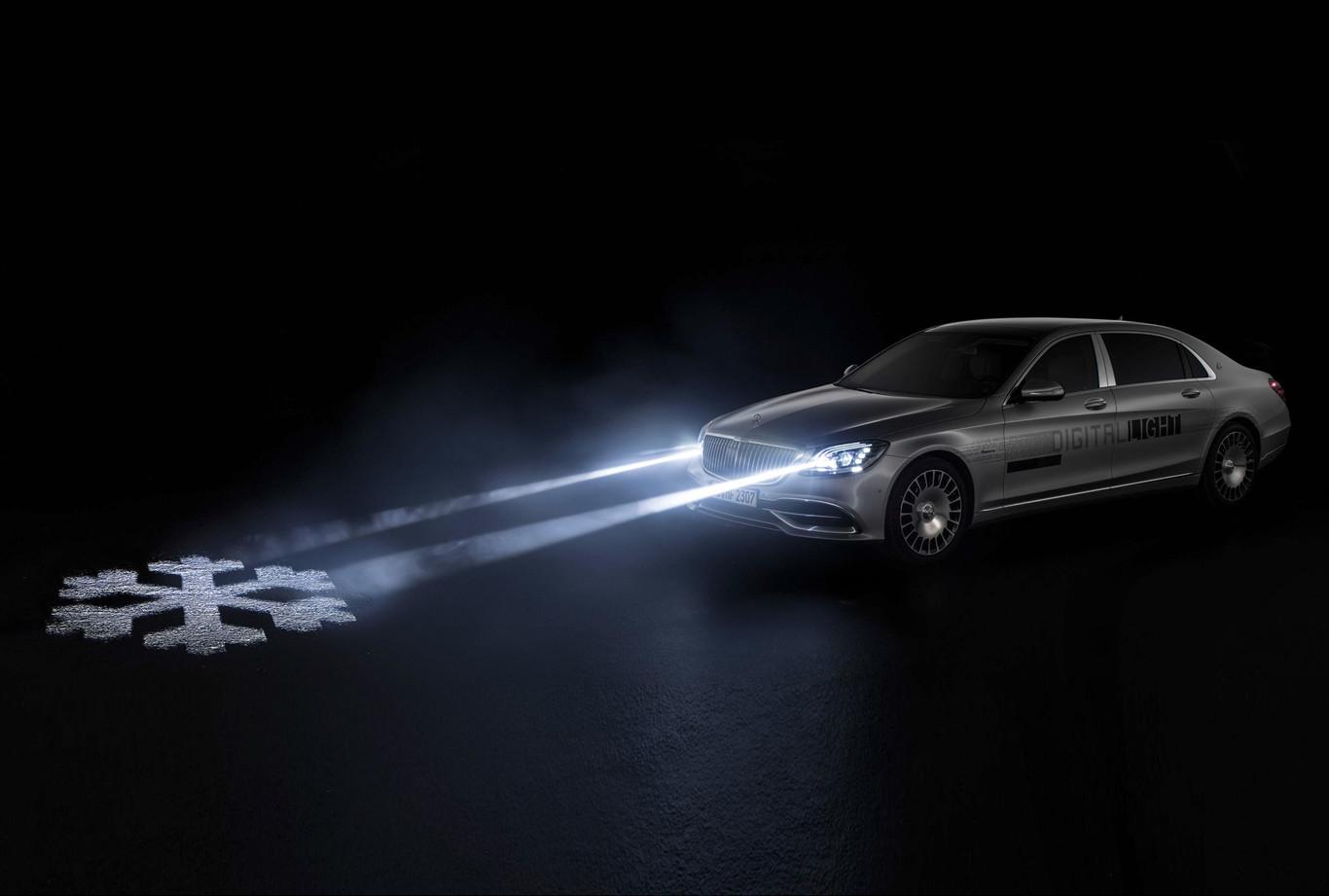 Ya están aquí los faros digitales de Mercedes-Benz: dos millón de píxeles de resolución para mostrar mensajes en la carretera