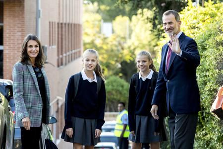 Blazer de cuadros y zapatillas, el look más casual y perfecto para la vuelta al cole de doña Letizia junto a sus hijas