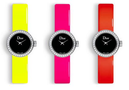 Esta primavera, el reloj Mini D de Dior se viste con una correa efecto espejo
